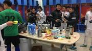 Kiệt sức đấu Syria, tuyển thủ U23 Việt Nam tẩm bổ bằng chuối và sữa