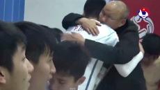 Xúc động cảnh thầy Park vào phòng thay đồ ôm từng học trò