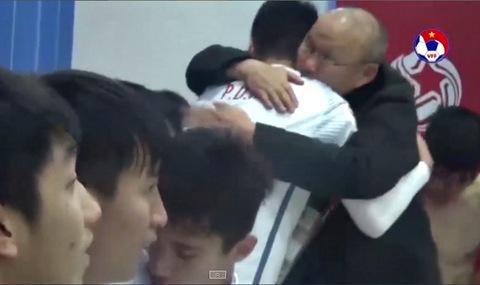 Xúc động cảnh HLV Park Hang Seo ôm từng học trò