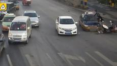 Taxi lấn làn đâm xe máy tung người lên không trung