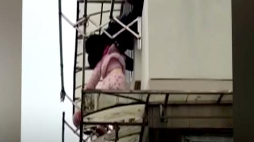 Bé gái 2 tuổi suýt rơi từ tầng 3 chung cư