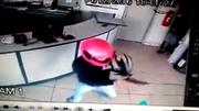Tên cướp bị bắn rơi súng gục xuống sàn