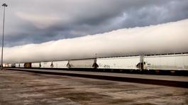 """Hình ảnh kỳ lạ, đoàn tàu """"chở mây"""" dài bất tận"""