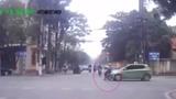 Nữ sinh bị ô tô húc văng vì vượt đèn đỏ