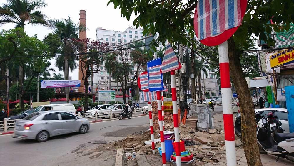 Biển báo trên phố Hà Nội bỗng 'bốc hơi', trơ cọc