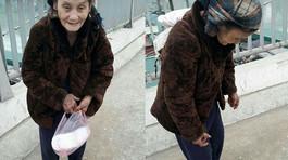 Cô gái Cao Bằng mua tặng cụ bà nghèo đôi dép trong ngày giá lạnh