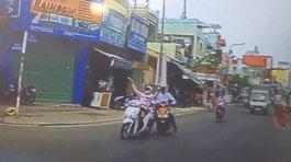 Bi hài nữ 'ninja' bị xe máy húc suýt ngã ngửa trên phố