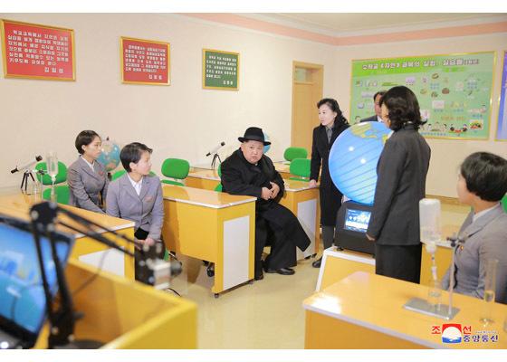 Thầy trò òa khóc khi thấy ông Kim Jong Un