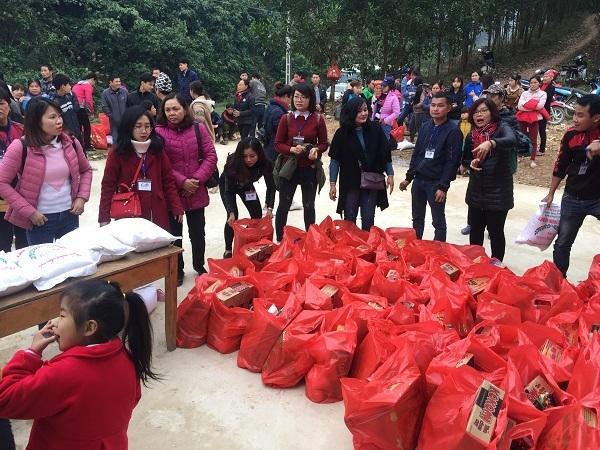 Trao hơn 200 suất quà cho các em học sinh, người nghèo tỉnh Thái Nguyên