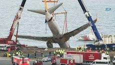 Xem giải cứu máy bay 'treo mình' trên vách đá