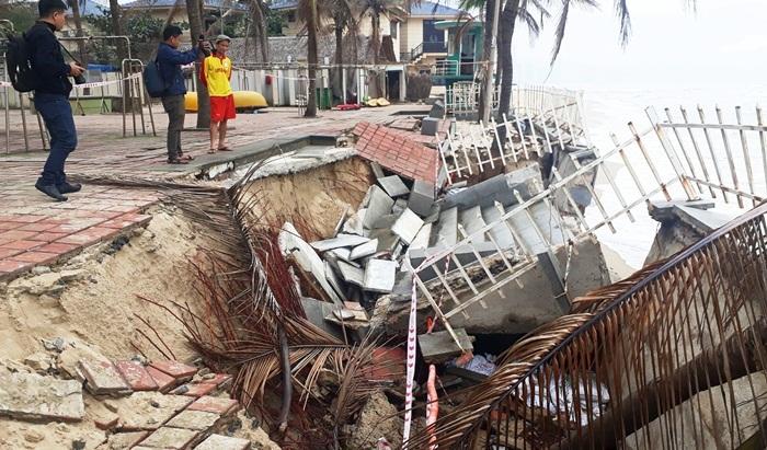 Chủ tịch Đà Nẵng bất ngờ thị sát kè biển sạt lở giữa trưa