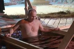 Xem ông Putin cởi trần, tắm trong hồ băng