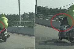 Thanh niên lái xe máy bằng chân trên cầu vượt biển dài nhất Việt Nam