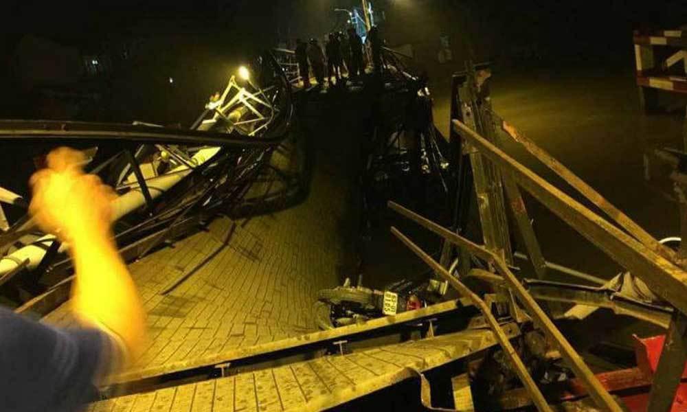 Sập cầu ở Sài Gòn, người nhái lặn tìm tài xế bị nạn