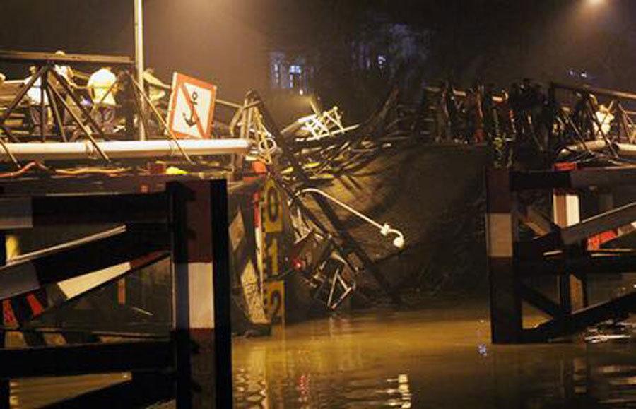 Hiện trường vụ sập cầu ở Sài Gòn, dân bị rơi xuống sông