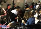 Fan chen lấn, té ngã, ngất xỉu vì gặp nhóm nhạc Hàn