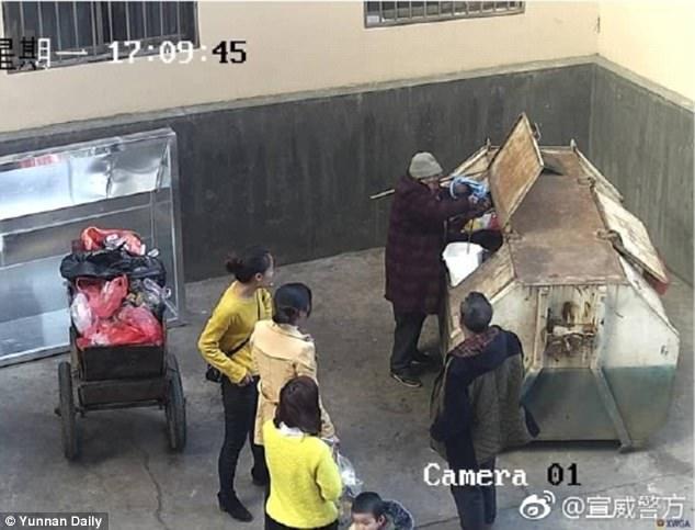 Bé sơ sinh bị bố vứt vào thùng rác