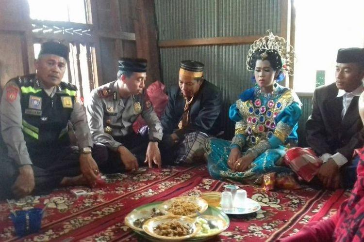 Buộc phải cưới vì bị người làng bắt gặp ở cùng nhau trong vườn chôm chôm