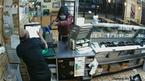 Cướp táo tợn mang súng vét sạch tiền cửa hàng