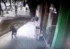 Thiếu nữ bị biển quảng cáo 'khủng' rơi trúng đầu