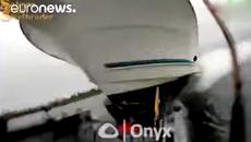 10 clip 'nóng': Thảm hoạ trước mặt, 3 ngư dân lập tức lao xuống sông