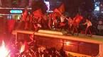 Nhảy rung nóc xe buýt mừng chiến thắng U23 Việt Nam