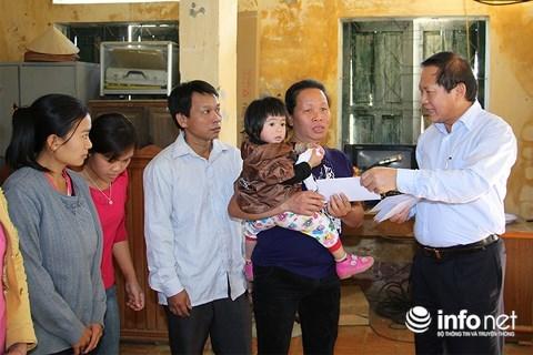 Bộ trưởng Trương Minh Tuấn trao quà giúp người dân khó khăn do mưa lũ ở Sơn La