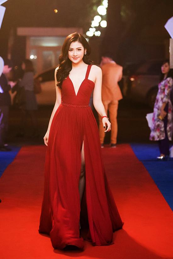 Phạm Hương hay Tú Anh xứng đáng là nữ hoàng thảm đỏ tuần qua?
