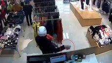 Người đàn ông bế theo em bé trộm 2 iphone trong nháy mắt
