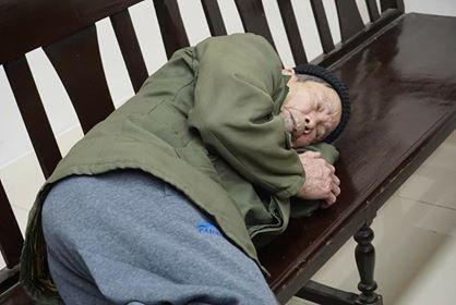 Người thân dìu bị cáo 80 tuổi hầu tòa tội hiếp dâm