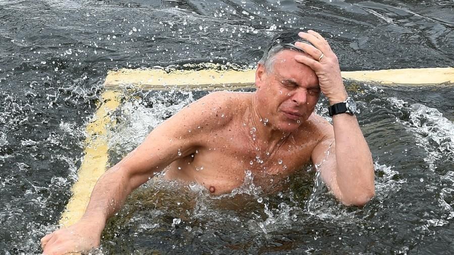Học người Nga, Đại sứ Mỹ cũng nhảy xuống sông tắm nước lạnh