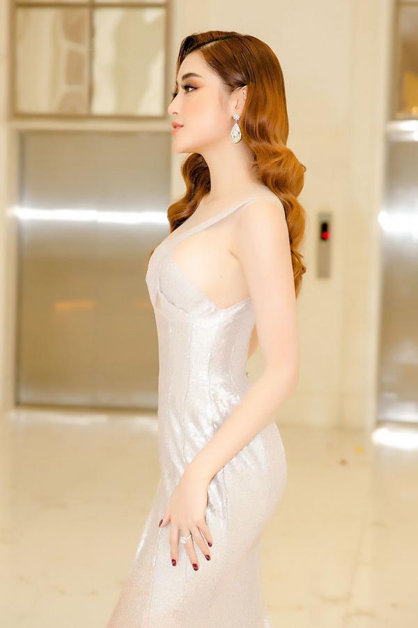 Huyền My diện váy xẻ táo bạo khoe vóc dáng vô cùng gợi cảm