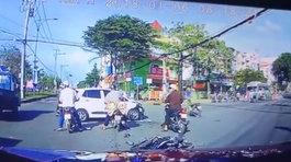 Người đi xe máy bay trên không sau khi đâm xe máy trực diện vào ô tô
