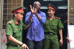 Người đàn ông Châu Phi quỳ sụp xin giảm nhẹ hình phạt