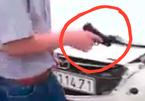 Lái ô tô đâm xe máy ven đường còn rút súng dọa bắn