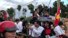 Clip: Không phải siêu xe sang trọng, Hoa hậu Hoàn vũ H'Hen Niê cưỡi công nông về với buôn làng!