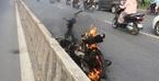 Xe máy cháy trơ khung trên phố Sài Gòn