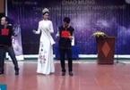 Hoa hậu H'Hen Niê nhún nhảy khi diễn văn nghệ ở trường cũ