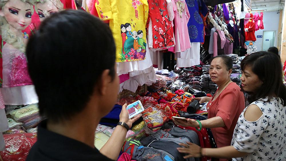 U23 Việt Nam: Tiểu thương chợ Đồng Xuân 'hết mình' với trận bán kết