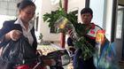 U23 Việt Nam: Mẹ trung vệ Tiến Dũng thịt 5 con gà mời hàng xóm