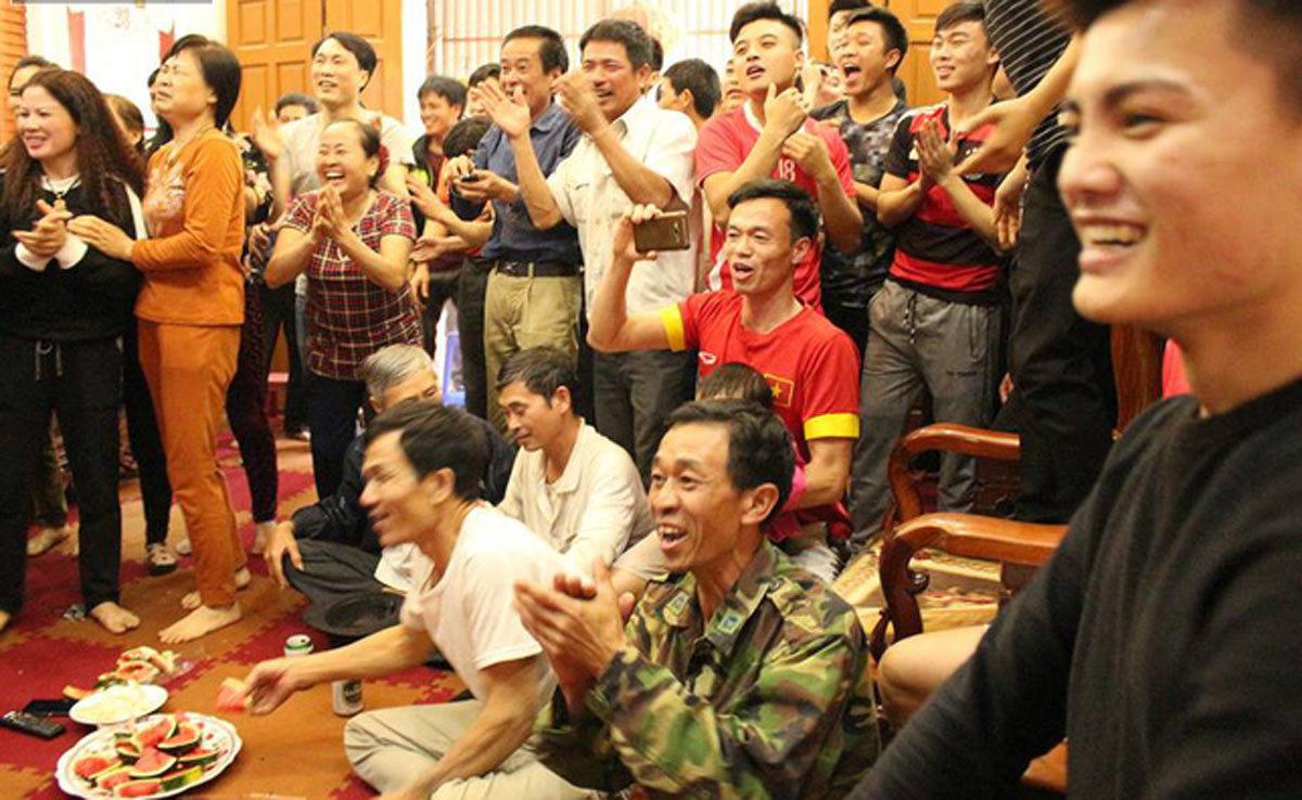 Gia đình Quang Hải nấu lẩu khao hàng xóm, mừng U23 Việt Nam chiến thắng