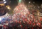 U23 Việt Nam: Vỡ òa chiến thắng, hò nhau ra đường ăn mừng
