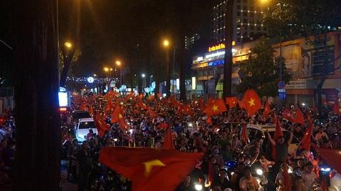 Người Sài Gòn nhảy múa, hò hét trên đường phố mừng chiến thắng