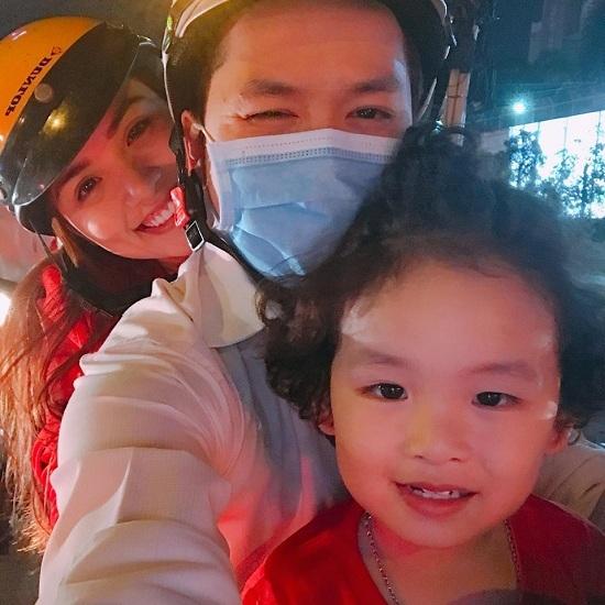 Lưu Thiên Hương tông xe vào cột điện vì mải cổ vũ U23 Việt Nam