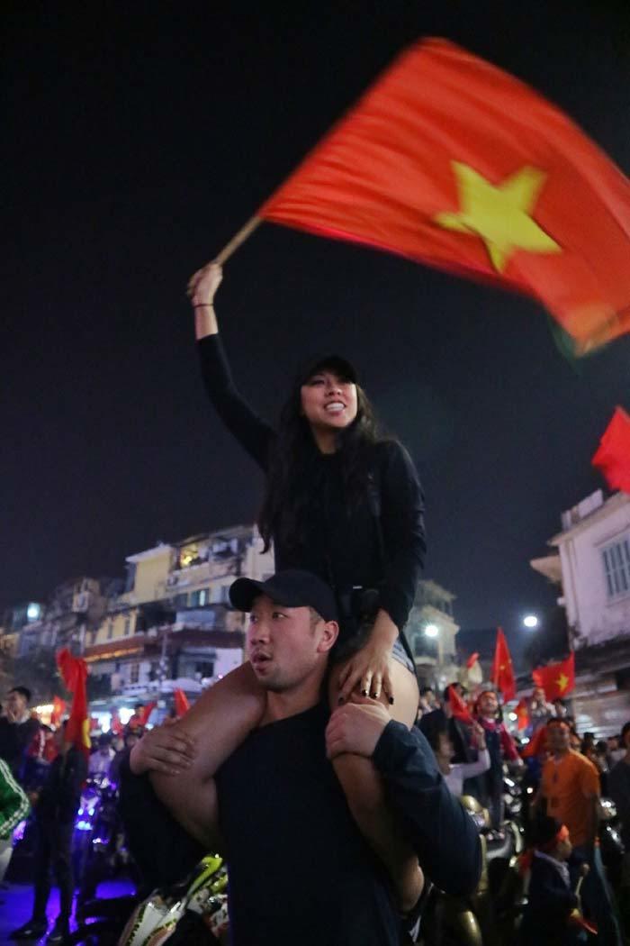 U23 Việt Nam: Muôn kiểu ăn mừng siêu 'cute' của người hâm mộ
