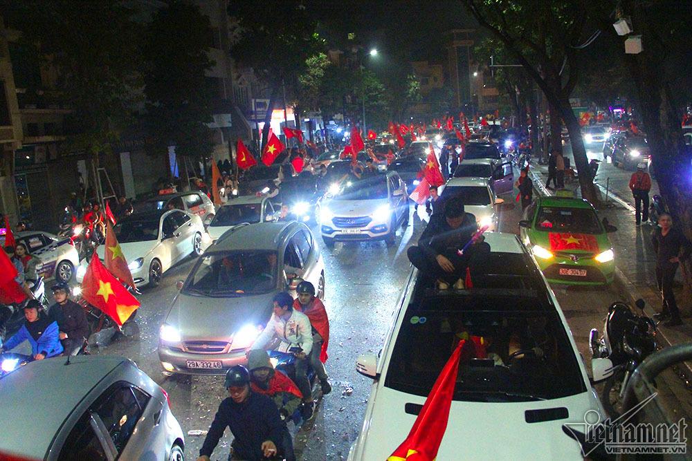 U23 Việt Nam chiến thắng: Hồ Gươm tắc toàn tập lúc 3h sáng