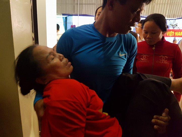 Mẹ trung vệ Tiến Dũng ngất xỉu trong trận thắng của U23 Việt Nam