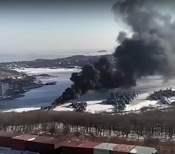 Tàu ngầm Kilo Nga cháy, khói bốc cuồn cuộn