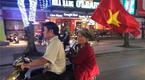 """Những bà ngoại """"quẩy"""" tưng bừng trên phố ăn mừng chiến thắng của đội tuyển U23 Việt Nam"""