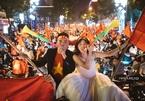 Cô dâu chú rể chụp ảnh cưới trong 'bão' chiến thắng U23 Việt Nam